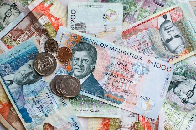 Le banconote e le monete delle mauritius rupee (mur) delle mauritius si chiudono su Foto Premium