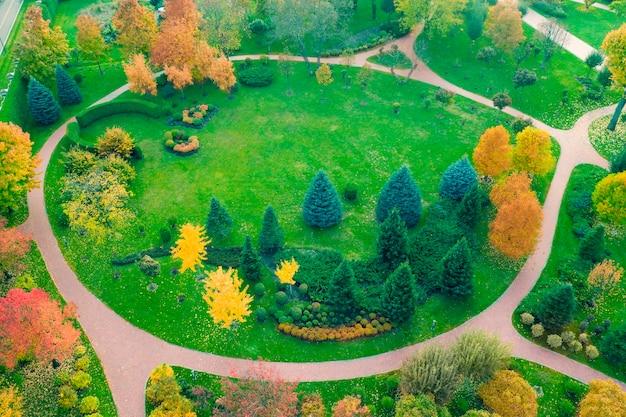 Il prato è circondato da alberi gialli e verdi, paesaggio autunnale. vista del drone. Foto Premium
