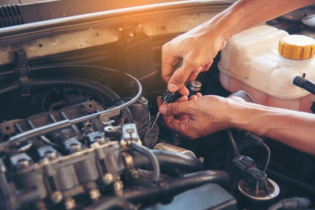 Servizio di auto meccanico in garage per auto, auto e veicoli, servizio di ingegneria meccanica. Foto Premium