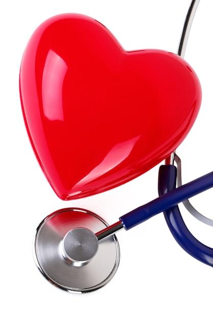 Stetoscopio medico e cuore rosso isolato su bianco Foto Premium