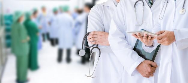 Gruppo di medici del concetto di sanità e della medicina di medico nell'ospedale Foto Premium