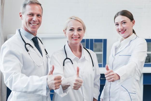 Equipe medica in uno studio medico Foto Premium