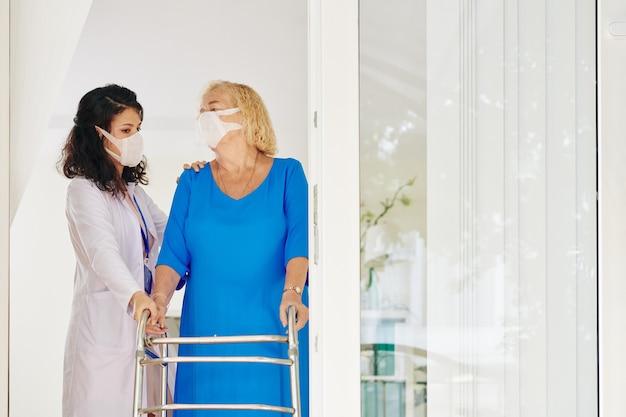 Camminatore medico e paziente anziano Foto Premium