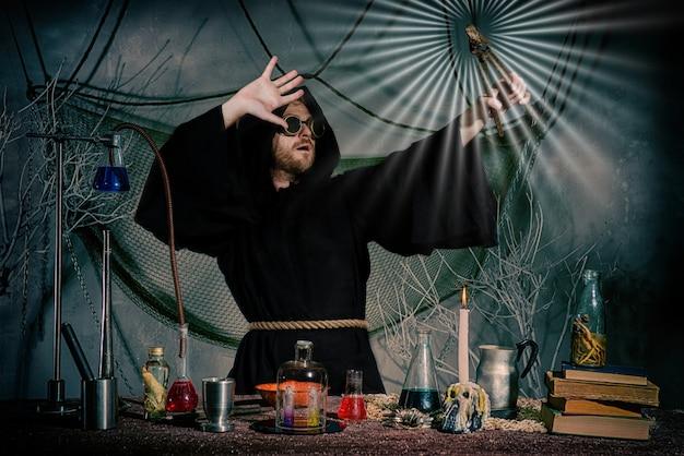 L'alchimista medievale ha fatto la pietra filosofale. Foto Premium