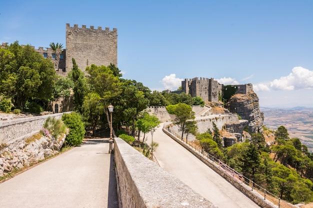 Edificio medievale del castello di venere Foto Premium