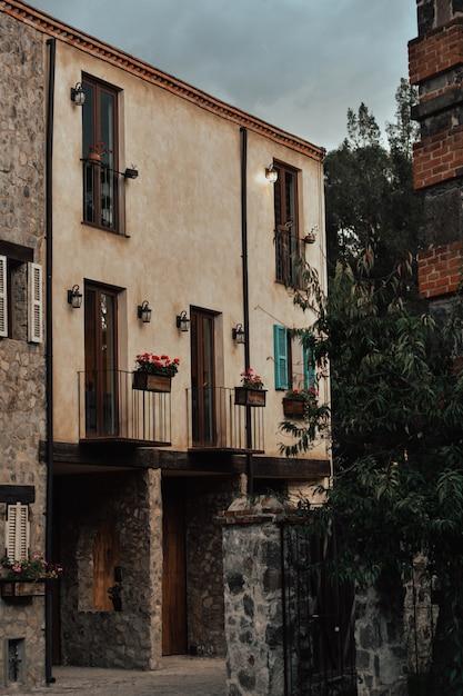 Città medievale, vicoli, porte, finestre, Foto Premium