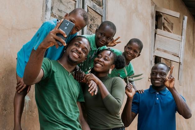 Persone africane di tiro medio che prendono selfie Foto Premium