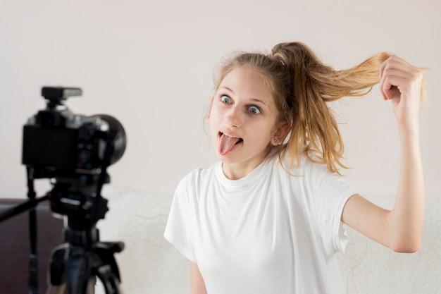 Ragazza del tiro medio che fa fronte divertente Foto Premium