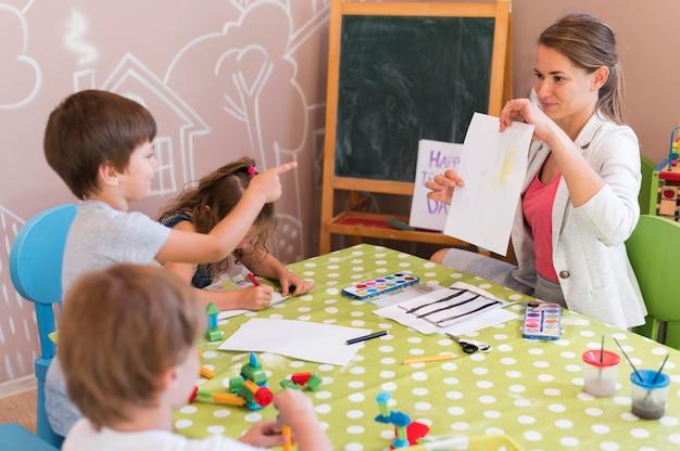 Bambini di tiro medio guardando il disegno Foto Premium