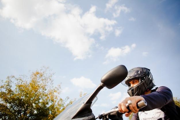 Colpo medio uomo in sella a una moto Foto Premium