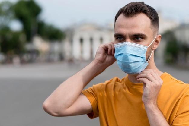 Uomo di tiro medio che indossa maschera medica Foto Premium