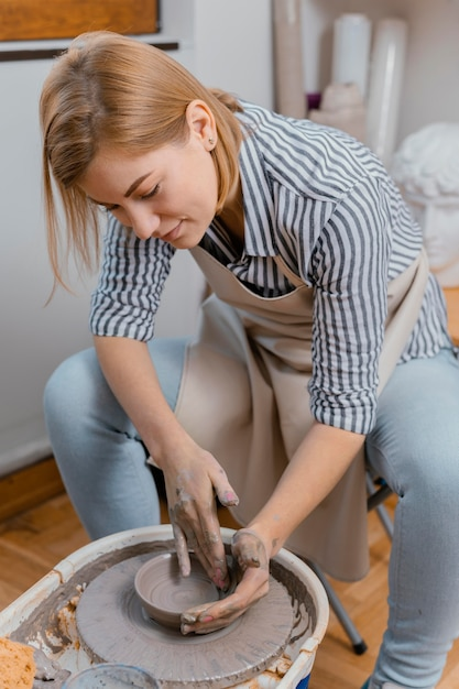 Donna del colpo medio che fa ceramiche Foto Premium