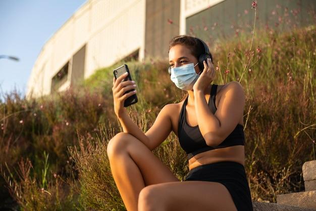 Smartphone della holding della donna del colpo medio Foto Premium
