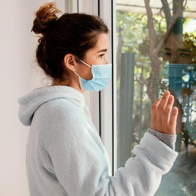 Maschera facciale da portare della donna del colpo medio Foto Premium
