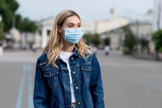 Colpo medio donna che indossa maschera medica Foto Premium