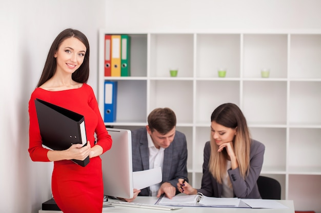 Incontro con l'agente in ufficio, acquisto affitto appartamento o casa Foto Premium