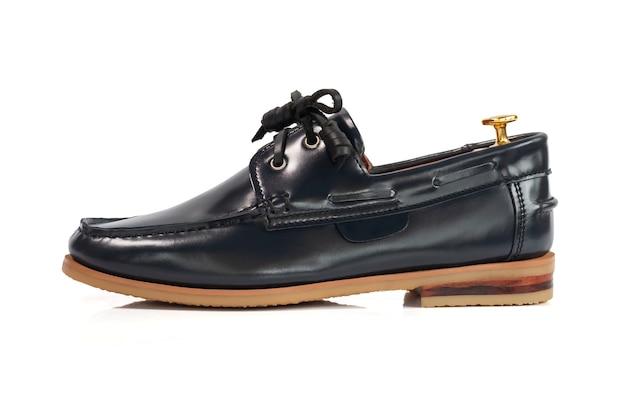 Concetto di moda maschile. scarpe da barca in pelle grigia isolate su bianco. Foto Premium