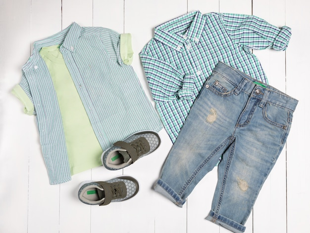 Abiti casual da uomo per abbigliamento uomo con t-shirt, scarpe grigie, pantaloncini isolati su sfondo bianco, vista dall'alto Foto Premium