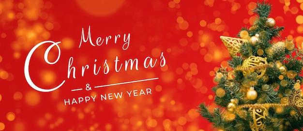 Banner di cartolina di buon natale, decorazioni su sfondo rosso Foto Premium
