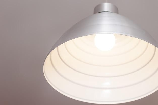 Lampada in metallo grigio appesa al cavo. Foto Premium