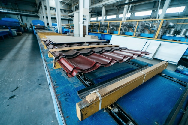 Fabbrica di produzione di piastrelle metalliche. lamiera di acciaio Foto Premium