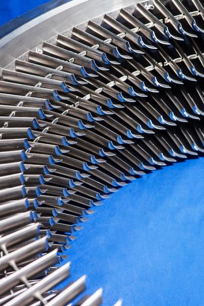 Assemblaggio anello motore turbina in metallo - pale della turbina installate Foto Premium
