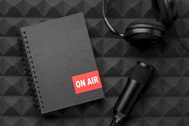 Microfono e cuffie sul concetto di aria Foto Premium