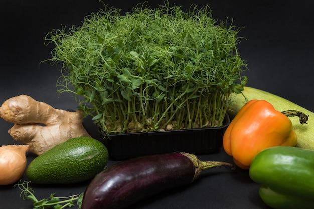 Germogli di verdure con verdure Foto Premium
