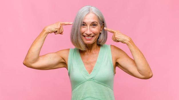 Donna graziosa di mezza età con bei capelli isolati   Foto ...