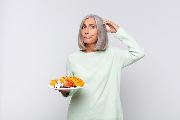 Donna di mezza età che si sente perplessa e confusa Foto Premium