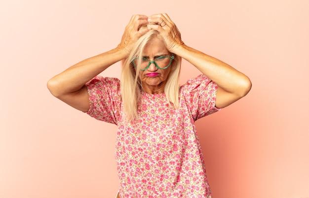 Donna di mezza età che si sente stressata Foto Premium