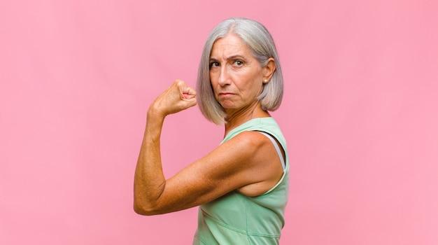 Bella donna di mezza età che si sente frustrata e infastidita, malata e stanca di fallire, stufo di compiti noiosi e noiosi Foto Premium