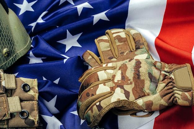 Munizioni militari sulla bandiera degli stati uniti si chiudono Foto Premium