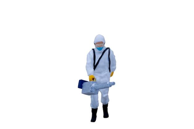 Persone in miniatura medici con tute protettive isolati su sfondo bianco con tracciato di ritaglio Foto Premium