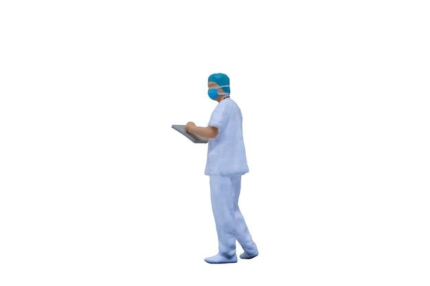 Persone in miniatura medici con tute protettive e maschere su sfondo bianco con tracciato di ritaglio Foto Premium