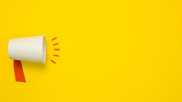Concetto minimalista con megafono su sfondo giallo Foto Premium
