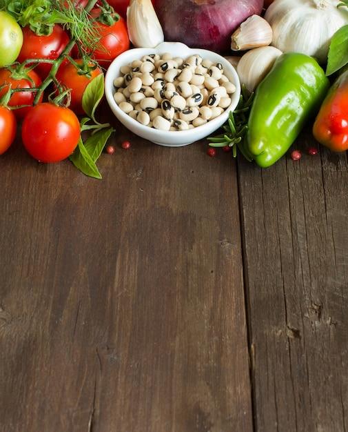 Mix di verdure su tavola di legno Foto Premium