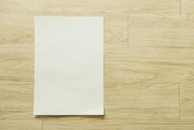 Mock up flyer opuscolo progettazione brochure a4 formato carta layout spazio per il modello di illustrazione mockup, piano lay sulla tavola di legno dalla vista dall'alto Foto Premium