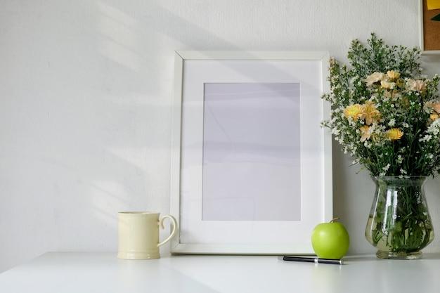 Poster mockup, area di lavoro sulla scrivania bianca. Foto Premium