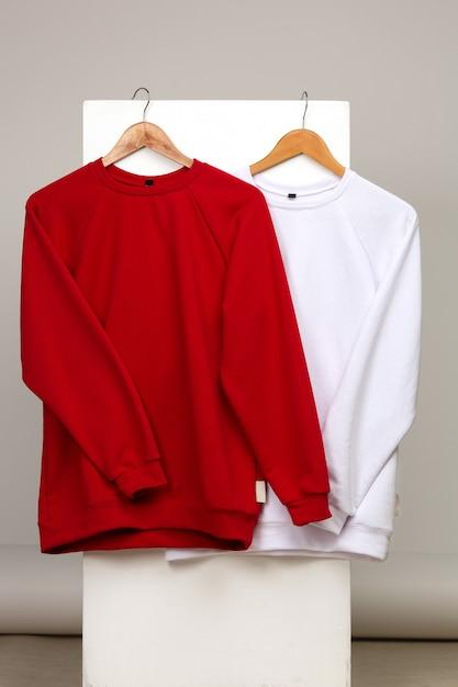 Mockup di maglioni rossi e bianchi da donna su sfondo semplice Foto Premium