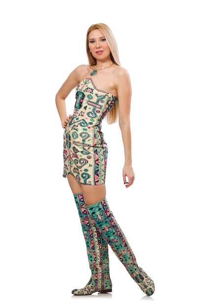 Modello che indossa un abito con elementi di tappeto azero isolato su Foto Premium