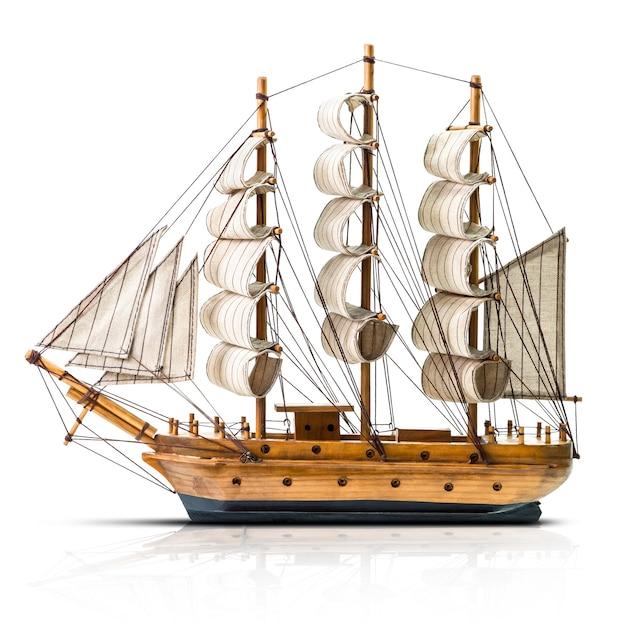 Modello della goletta in legno antico isolato su bianco Foto Premium