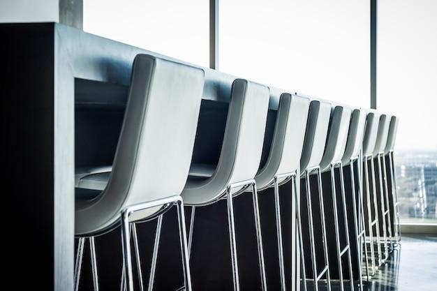 Caffetteria moderna sgabelli br di fila Foto Premium