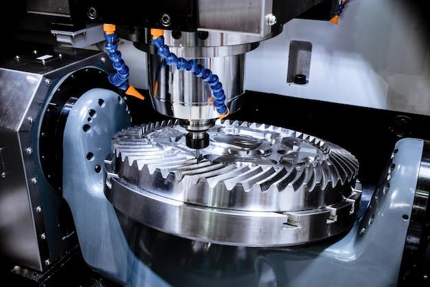 Una moderna fresatrice cnc produce una grande ruota dentata Foto Premium
