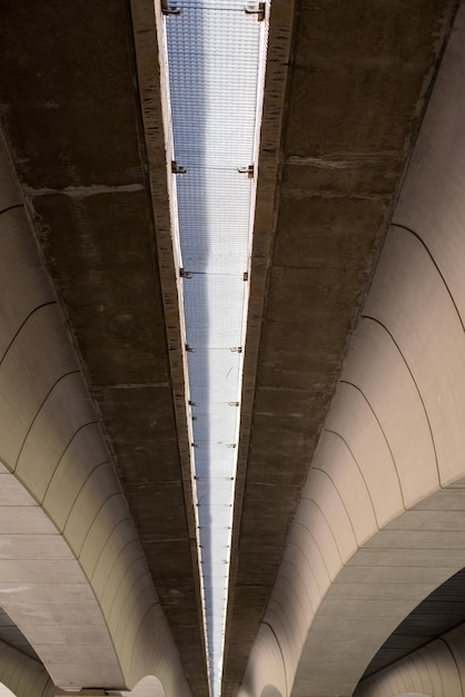 Travi del ponte in cemento moderno con forme geometriche a valencia, in spagna Foto Premium