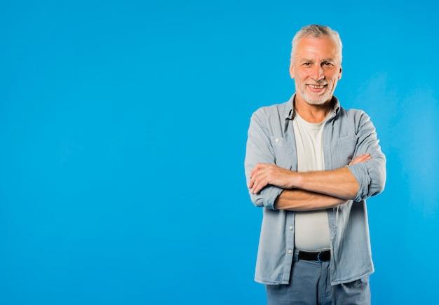 Moderno uomo anziano freddo Foto Premium