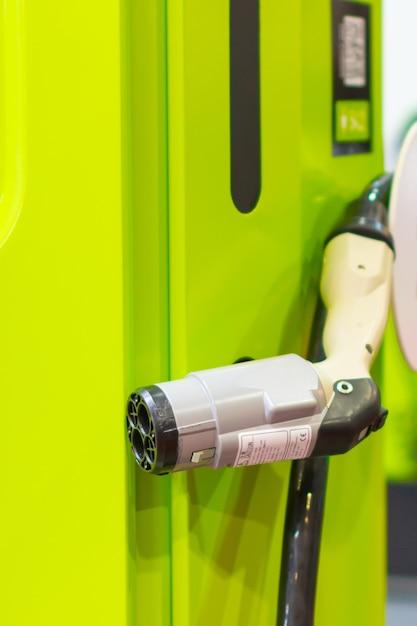 Un moderno caricabatterie rapido elettrico per le automobili elettriche o ibride phev. una potenza energetica del futuro. concetto di caricabatterie ecologico. caricabatteria per auto elettrica domestica. Foto Premium