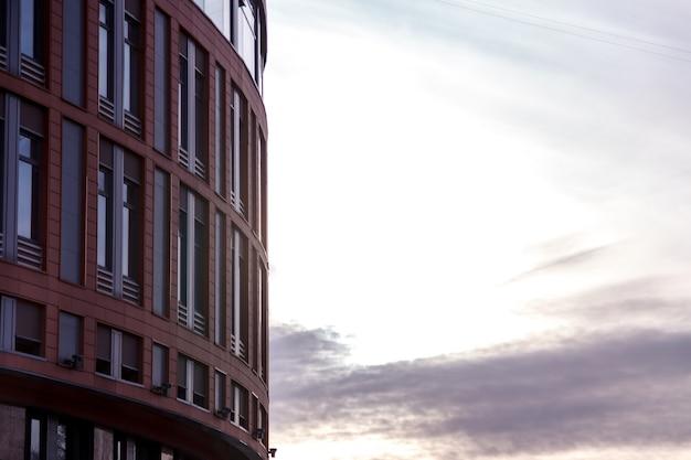 La facciata moderna dell'edificio per uffici è un frammento astratto, con finestre lucide in una struttura in acciaio. Foto Premium