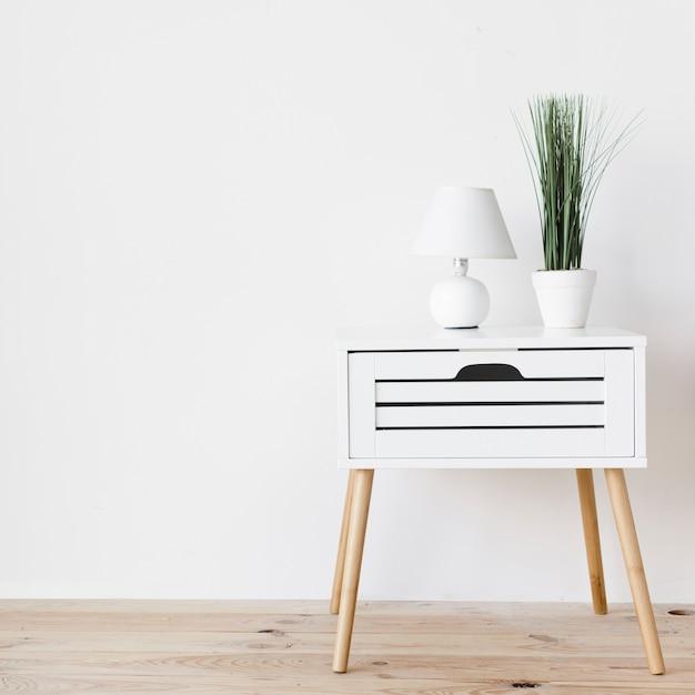 Moderno comodino minimalista con decorazione Foto Premium