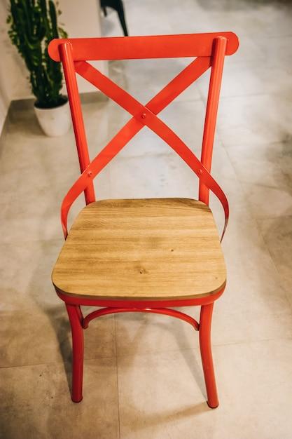 Sedia moderna in rovere con finiture rosse all'interno del bar Foto Premium